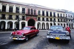 在哈瓦那街道上的经典老美国汽车  免版税库存图片
