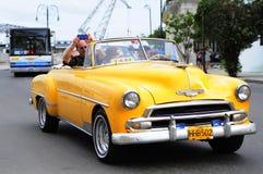 在哈瓦那街道上的经典老美国汽车  库存图片