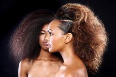Ζαλίζοντας πορτρέτο δύο μαύρων γυναικών αφροαμερικάνων με το μεγάλο Χ Στοκ Εικόνες