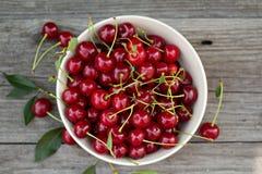 在碗的新鲜的酸樱桃 免版税库存照片