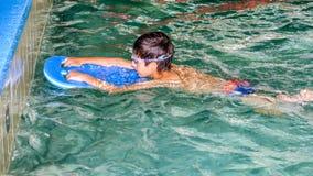 儿童男孩游泳教训 免版税图库摄影