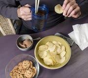 Человек есть высококалорийную вредную пищу Стоковая Фотография RF