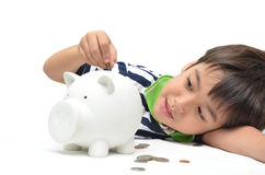 Деньги сбережений мальчика в копилке Стоковое Изображение RF