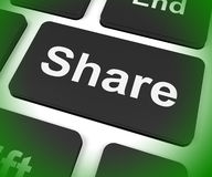 份额在网上分享网页或图片的钥匙展示 免版税库存照片