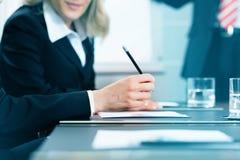 与工作的业务会议在合同 免版税库存图片