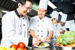 餐馆厨房烹调的亚裔厨师 库存照片