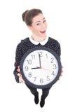 显示时钟的滑稽的美丽的女商人隔绝在白色 图库摄影