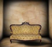在最低纲领派背景的美丽的沙发 免版税图库摄影