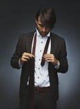 Красивая мужская фотомодель получая одетый Стоковые Изображения