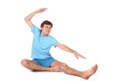 舒展瑜伽的人 免版税库存照片