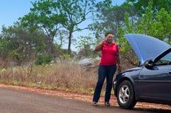 汽车故障-非裔美国人的妇女呼叫请求帮助,路协助。 免版税库存图片