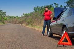 汽车故障-非裔美国人的妇女呼叫请求帮助,路协助。 免版税库存照片