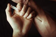 有海洛因注射器的手 免版税图库摄影