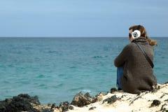 Молодая женщина смотря на море Стоковое Изображение RF