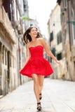夏天礼服的愉快的美丽的妇女在威尼斯 库存图片