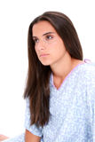 青少年美丽的哭泣的女孩褂子的医院 库存图片