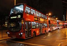 在尤斯顿火车站之外的红色伦敦公共汽车。 免版税图库摄影