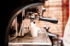 Машина подготавливая эспрессо в кофейне Стоковое Изображение RF