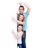 Οικογένεια που δείχνει από το δάχτυλο το έμβλημα Στοκ Εικόνα