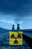 核反应堆冷却塔,辐射危害标志 免版税库存照片