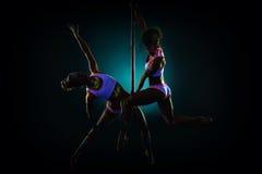 对在紫外光下的性感的杆舞蹈家 库存图片
