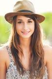 一个无忧无虑的愉快的女孩的美丽的画象 免版税库存图片