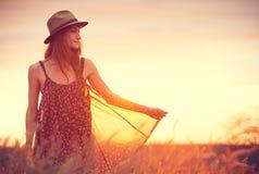 一个无忧无虑的愉快的女孩的美丽的画象 库存照片