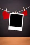空白的立即照片和两红色心脏 库存照片
