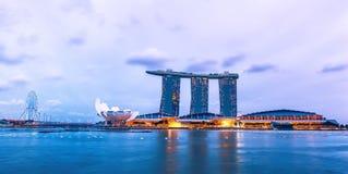 在小游艇船坞海湾的夜视图铺沙度假旅馆 新加坡 免版税库存照片