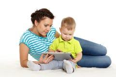 Счастливая семья с таблеткой компьютера. Стоковое Изображение RF
