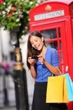 聪明的电话购物的伦敦妇女 免版税库存照片