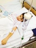 病的男孩在医院 免版税库存图片
