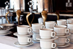 咖啡杯和咖啡机器 库存图片