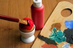 Красить пасхального яйца Стоковые Изображения