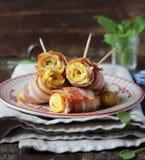 烤蛋卷用酥脆烟肉和菠菜 库存图片