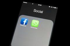 在智能手机屏幕上的社会媒介象 库存照片