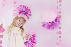 Μικρό κορίτσι στη ρόδινη διακοσμημένη γιορτή γενεθλίων με το μπαλόνι Στοκ εικόνα με δικαίωμα ελεύθερης χρήσης