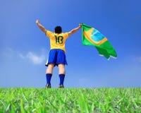 拿着巴西旗子的激动的人 免版税库存图片