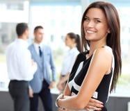 商人背景的美丽的妇女  免版税库存照片