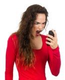 妇女尖叫对她的电话。 免版税库存图片