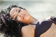 年轻黑人妇女,非洲的发型,佩带的比基尼泳装 免版税库存照片