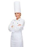 有横渡的胳膊的微笑的女性厨师 免版税库存图片