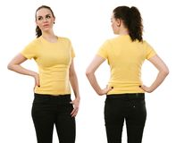 Χαμογελώντας γυναίκα που φορά το κενό κίτρινο πουκάμισο Στοκ Εικόνες