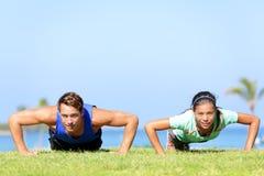 体育做俯卧撑的健身夫妇 库存照片