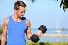 二头肌卷毛-衡量训练健身人外面 库存照片