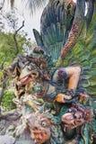 在山楂同水准别墅特写镜头的鹰报雕象 免版税库存照片