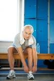 健身俱乐部的老人 免版税图库摄影