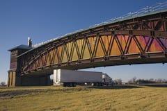 拱道下内布拉斯加卡车 库存图片