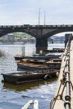 在岸附近的小船 免版税库存图片