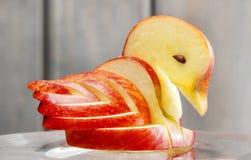 苹果计算机天鹅。装饰由新鲜水果制成。 库存图片